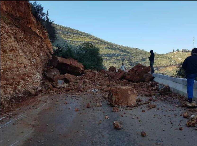 انهيار صخري يتسبب في انقطاع السير بالطريق الوطنية رقم 16