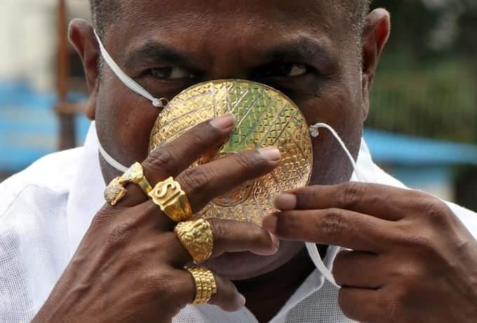 رجل أعمال هندي يضع كمامة مصنوعة من الذهب للوقاية من كورونا