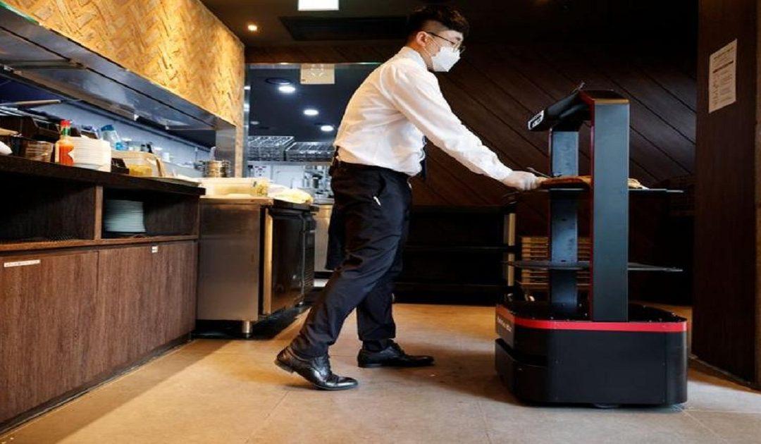 حرصا على التباعد الاجتماعي.. روبوت يخدم الزبائن في مطعم بكوريا الجنوبية