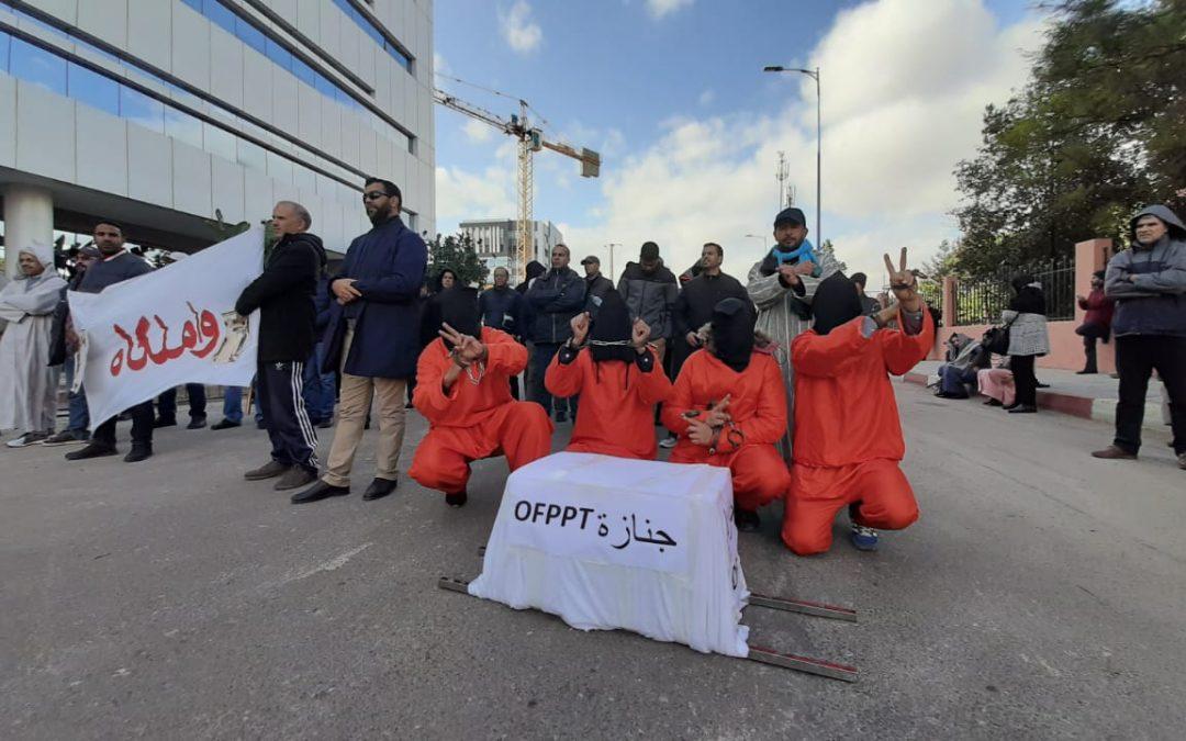 موظفون بالتكوين المهني يخوضون إضرابا عن الطعام أمام مقر الإدارة العامة بالبيضاء